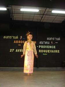 ภาพจาก  งานสงกรานต์ ของสมาคม ไทย-โพวองซ์ ซึ่งจัดขึ้นเมื่อ วันที่ 27 เมษายน 2556