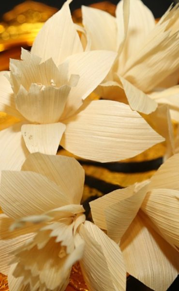 การเตรียมจัดงานพระราชพิธีถวายพระเพลิงพระบรมศพ – การประดิษฐ์ดอกไม้จันทน์